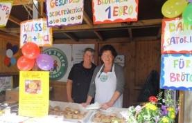 Heike Czarnyan und Bärbel Blasche (von links) präsentierten den Guter Zweck e.V. auf dem Schulfest der Grundschule.